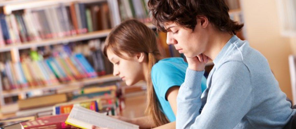 estudiantes-leyendo-libros-preparando-examen_1098-2290